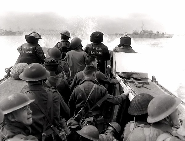 Canadian_troops_on_their_way_to_Juno_Beach